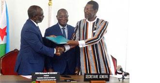Cérémonie de passation de charges a l'UPA entre le président sortant S.E.M. Alassane Bala Sakande, Président De l'Assemblée Nationale Du Burkina Faso et S.E.M Mohamed Ali Houmed, le Président du comité exécutif de l'UPA