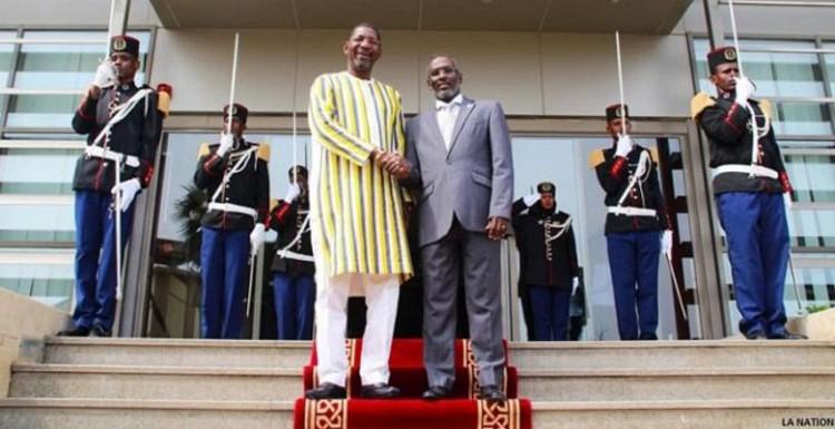 Poignée de mains entre SEM Ali Mohamed Houmed, Président de  l'Assemblée Nationale de Djibouti et SEM Alassane Bala Sakandé, Président de  l'Assemblée Nationale du Burkina Faso
