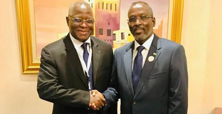 Poignée de mains entre SEM Mohamed ALI Houmed (à droite) , Président de l'Assemblée Nationale de Djibouti et  M. IDI Gado  Aboubacar Secrétaire Général de l'UPA , lors de la signature du protocole d'accord